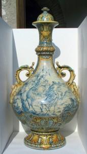 19-grande vaso biansato con foglie d'acanto e mascheroni raffigurante da un lato la Natività e da
